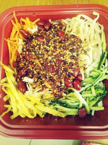 最爱的凉面是老板娘做的,每次小梅都会给我加很多辣椒,味道超级好。明天中午我要吃凉面~Noodles Spicyfood Food