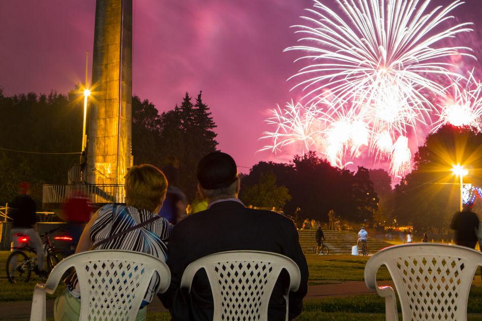 Annual salute on Vorobyovy Hills Fireworks Grandma Grandpa Learn & Shoot: After Dark Moscow Niterói Old Men Pensioners People Summer Victoryday город Москва ЮЗАО