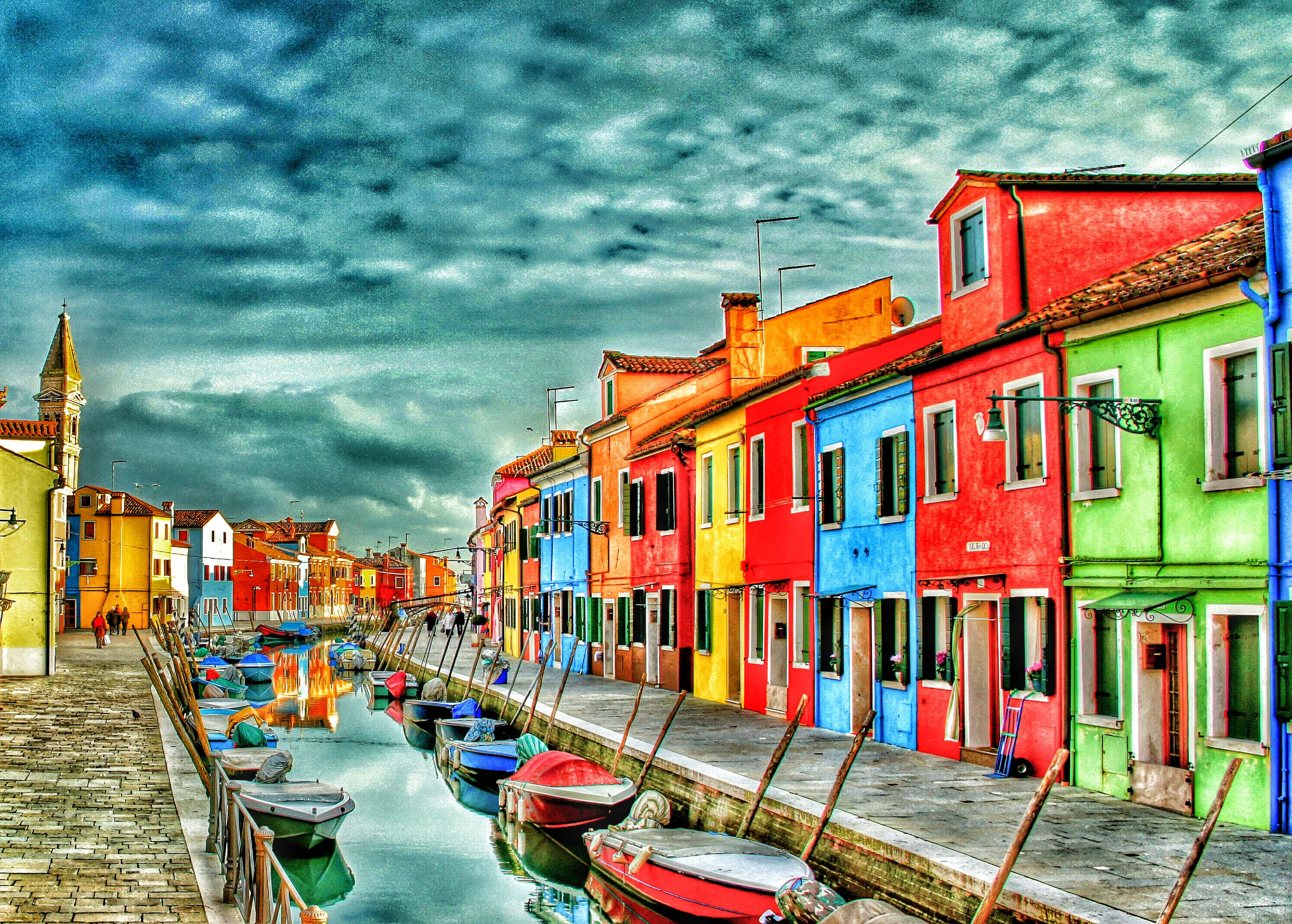 architecture, building exterior, built structure, sky, cloud - sky, water, nautical vessel, cloudy, moored, multi colored, transportation, cloud, mode of transport, boat, waterfront, outdoors, panoramic, incidental people, in a row, canal