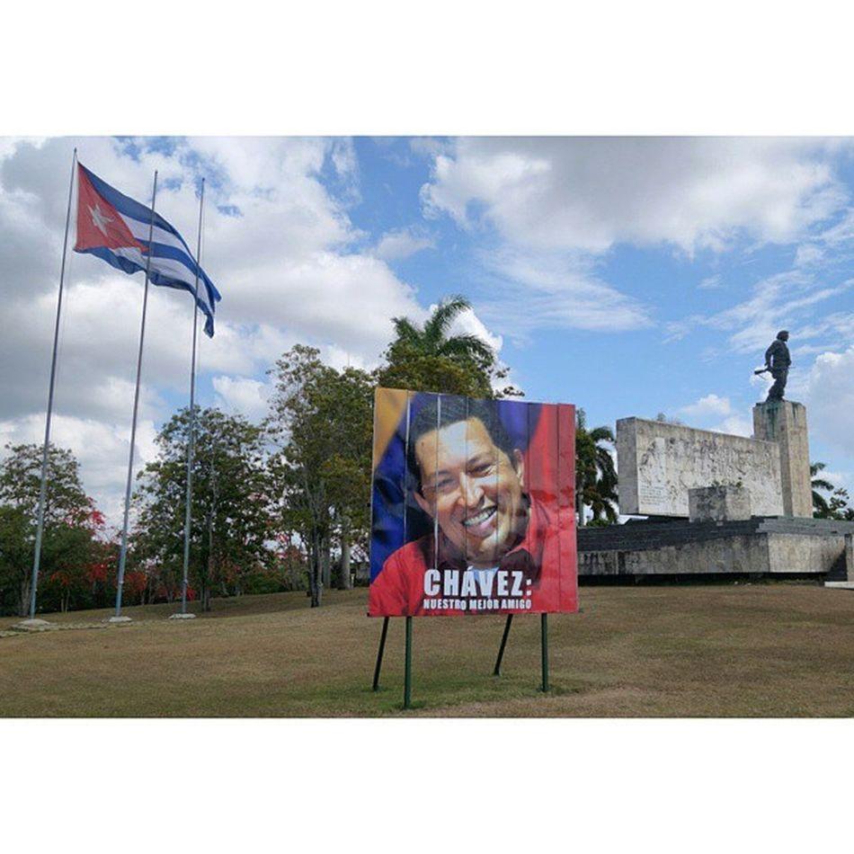 산타클라라 는 쿠바혁명사에서 중요한 도시다. 산티아고 데 쿠바 상륙이후 쫓겨다니던 혁명군 게릴라가, 수송열차를 습격 탈취하면서 반전의 계기를 만든 곳. 체 게베라 박물관이 있는 곳이기도 하다. 쿠바에서 종종 보이는 휴고 차베스의 사진 아래엔, 새로운 좋은친구 라고 스페인어로 써 있다. 멀리 보이는 동상은 체 게바라. Cuba Che_Guevara Santaclara Hugo_Chavez
