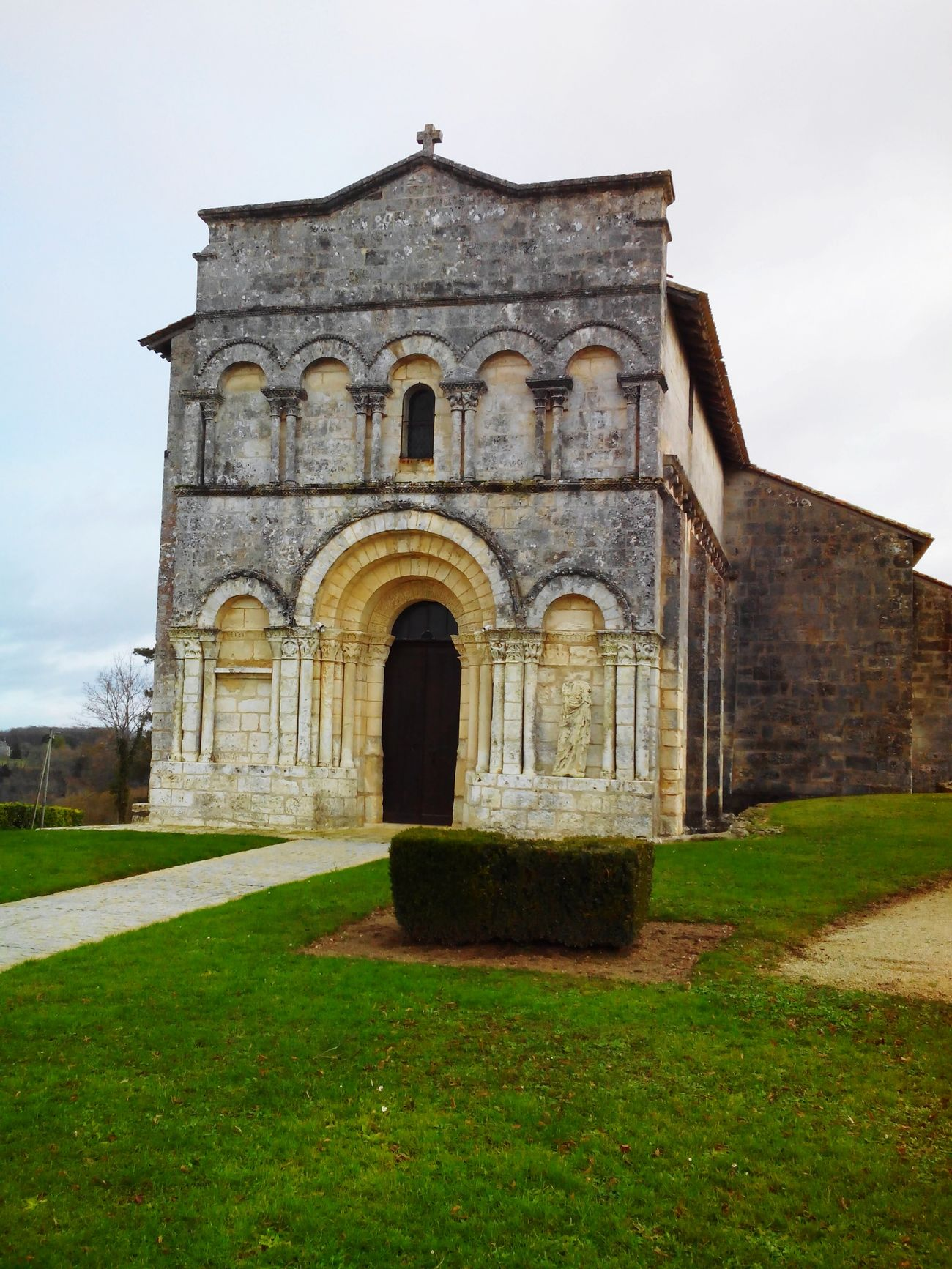 Eglise de Dirac. Art Roman