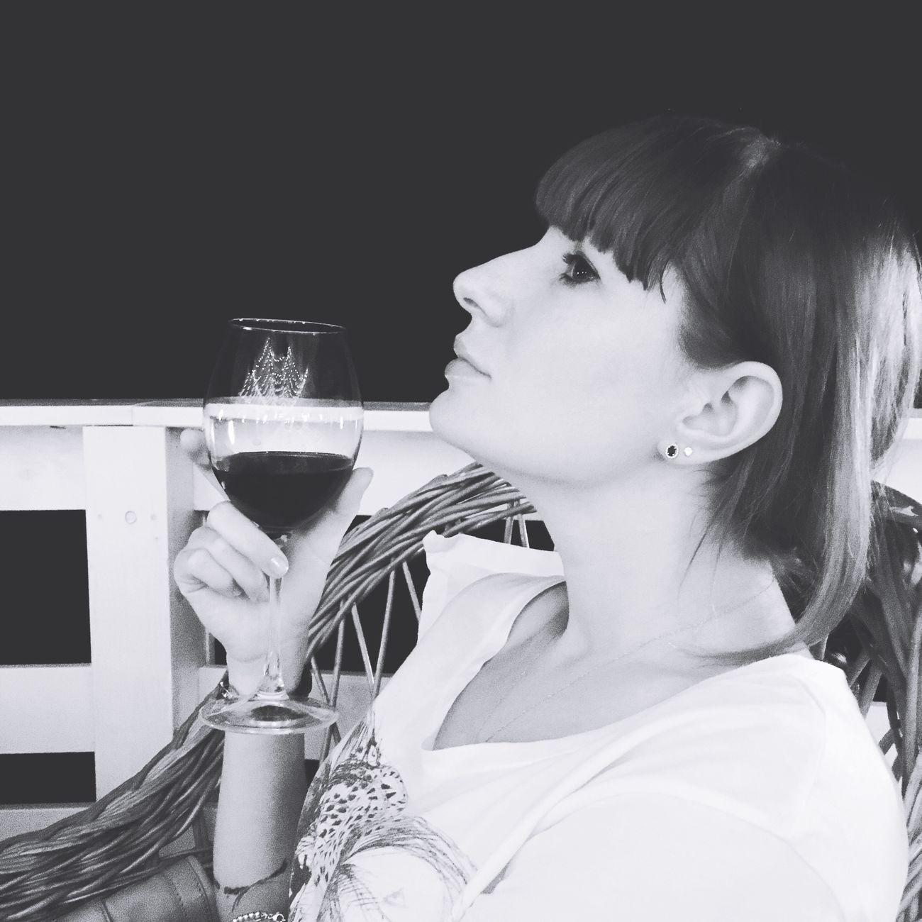 Femme fatale boit du vin Tchintchin Lavieenvin la vie en vin Hollyfriday