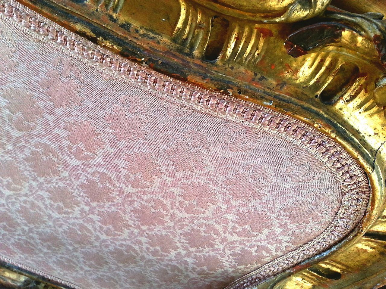 antique couch 🛋 Textured  No People Indoors  Day Close-up Antique Couch Ornaments Old-fashioned Gold Pattern, Texture, Shape And Form Pattern Gold Colored Brocade Rosé Pink Leaf Gold Antiques 17th Century 16th Century Furnitures Furniture Photography Eyeem Furniture
