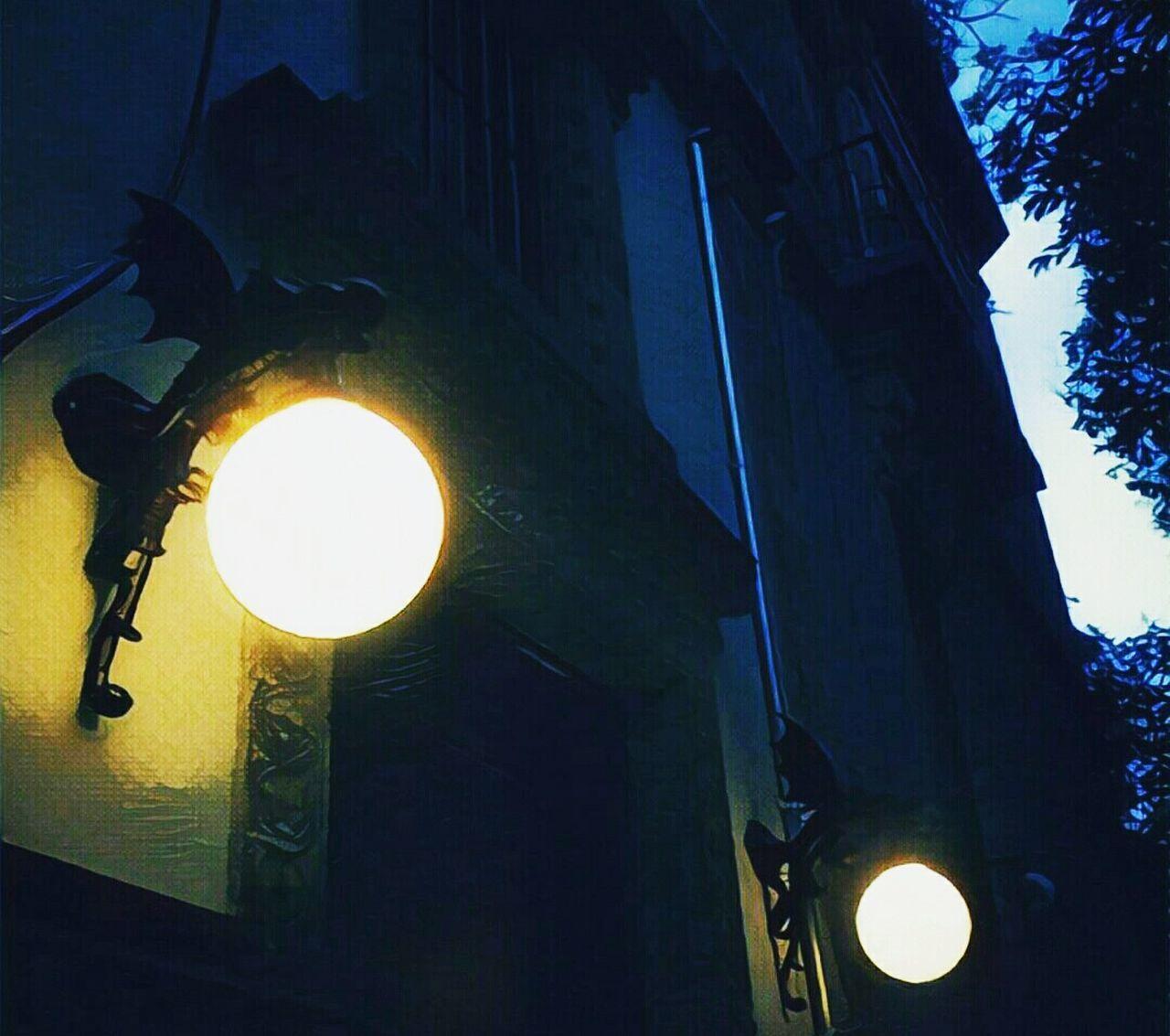 Los dragones de la Roma Low Angle View Architecture Illuminated Urban Scene Sculpture Mexicocity  Blackandwhite Photography EyeEm Best Shots Eye4photography  Cdmx Mexicocity  Mexicodf Walk City Life Urban Geometry Urban