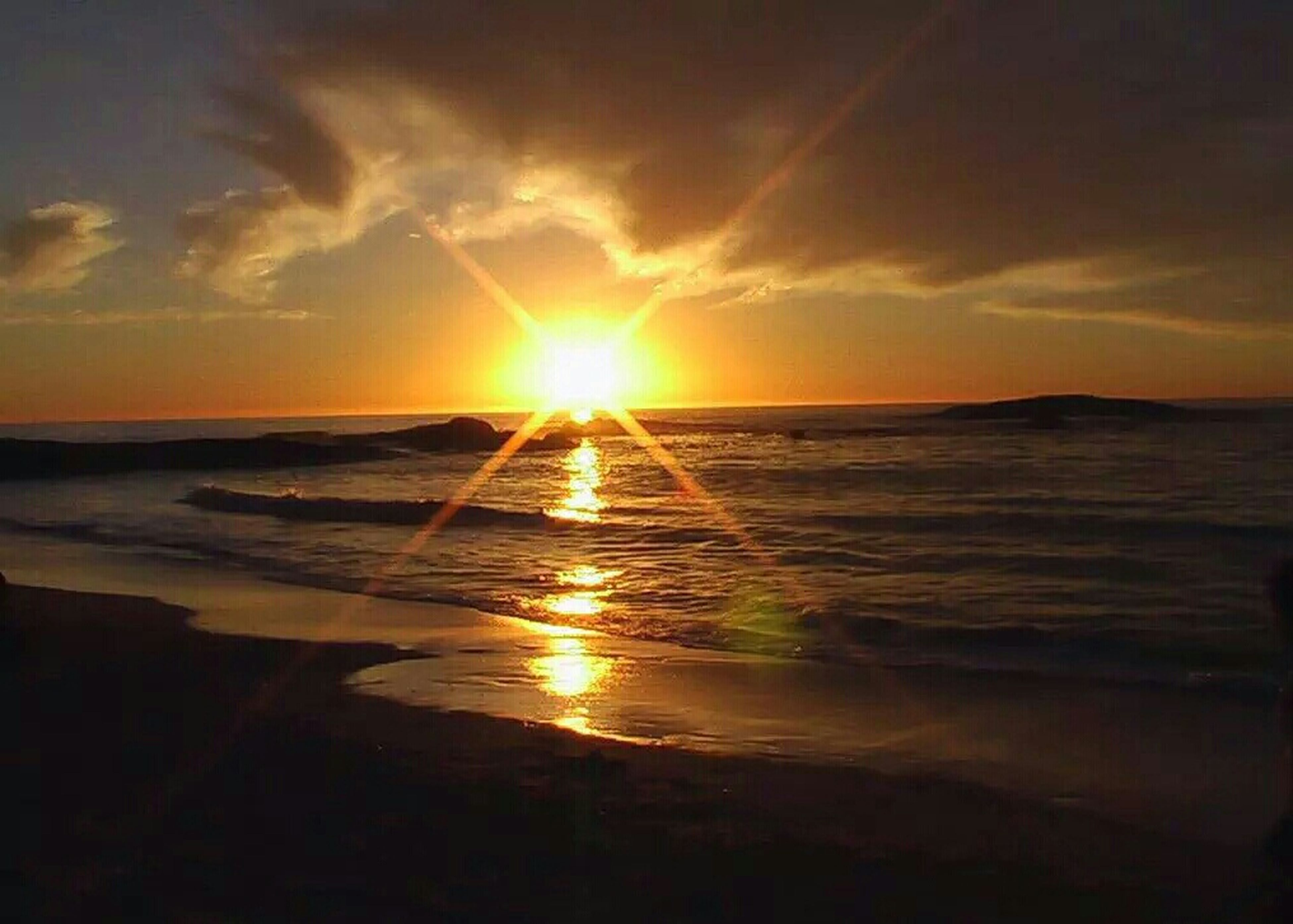 sunset, sun, water, sea, beach, scenics, tranquil scene, beauty in nature, horizon over water, tranquility, sky, shore, reflection, idyllic, orange color, sunlight, nature, sunbeam, cloud - sky, sand