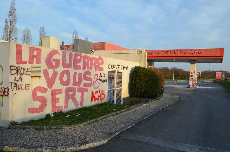 Après la manifestation du 27 février 2016 contre l'aéroport de Notre-Dame-Des-Landes. Aeroport ✈ Degradation Nantes NDDL Notre-Dame-Des-Landes Station Service Tag Total Zad