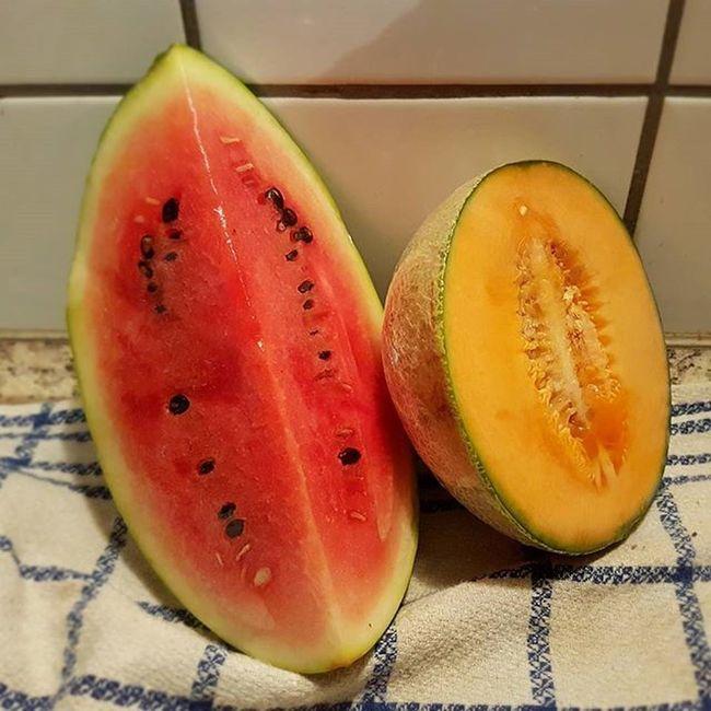 Ich liebe Melonen und konnte einfach nicht an ihnen vorbei laufen. Mein Nachtisch ist gesichert. ;) Melone Cantaloupe Wassermelone Watermelon Früchte Snack Nachtisch Gesundersnack Gesundleben Gesund Lecker Foodpic Foodporn Hunger Kalorienzählen Kcal Yazio