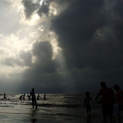 Mumbai people never stop Enjoying the Awesome Rainy Climate