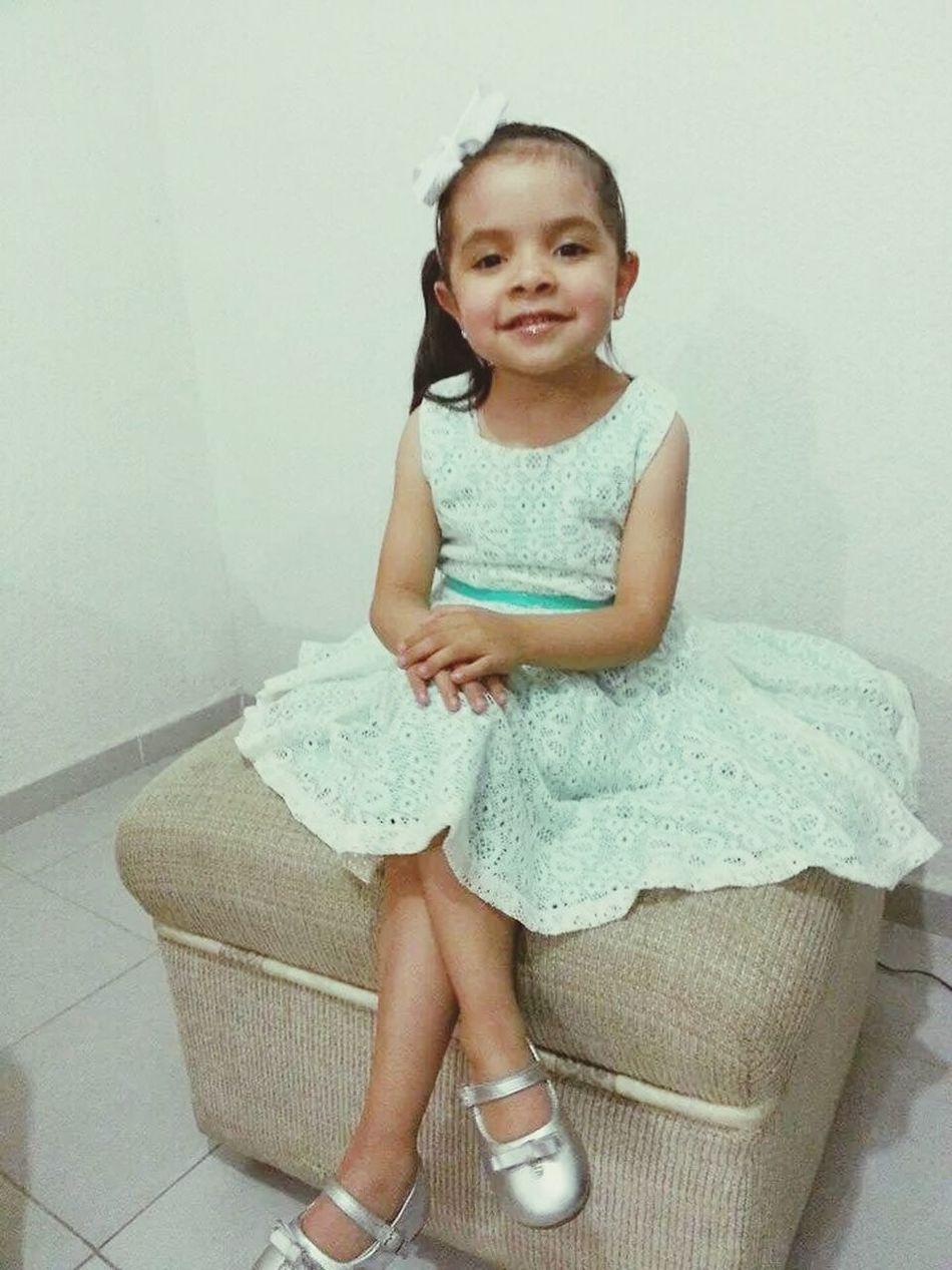 Probandole vestidos para que sea la reina de la primavera en su colegio Sobrini Hermosa Cachetitosdebebe