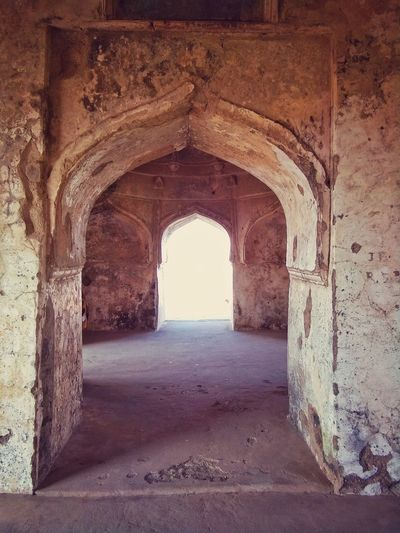Roopmati fort Mandavghad Indore India Archway Gatewayarch Arch Old Building  Old Archives Doorway Built Structure Architecture History Sky Indoors  My Photography Mobile Photography Backgrounds Travel Destinations Old Architecture Old Buildings