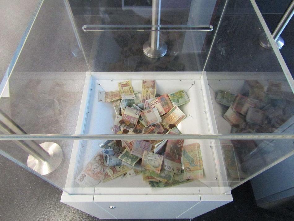 Spenden Geld Money Donation Airport Flughafen Geldscheine Bills Münzen Coins Charity Vienna VIA