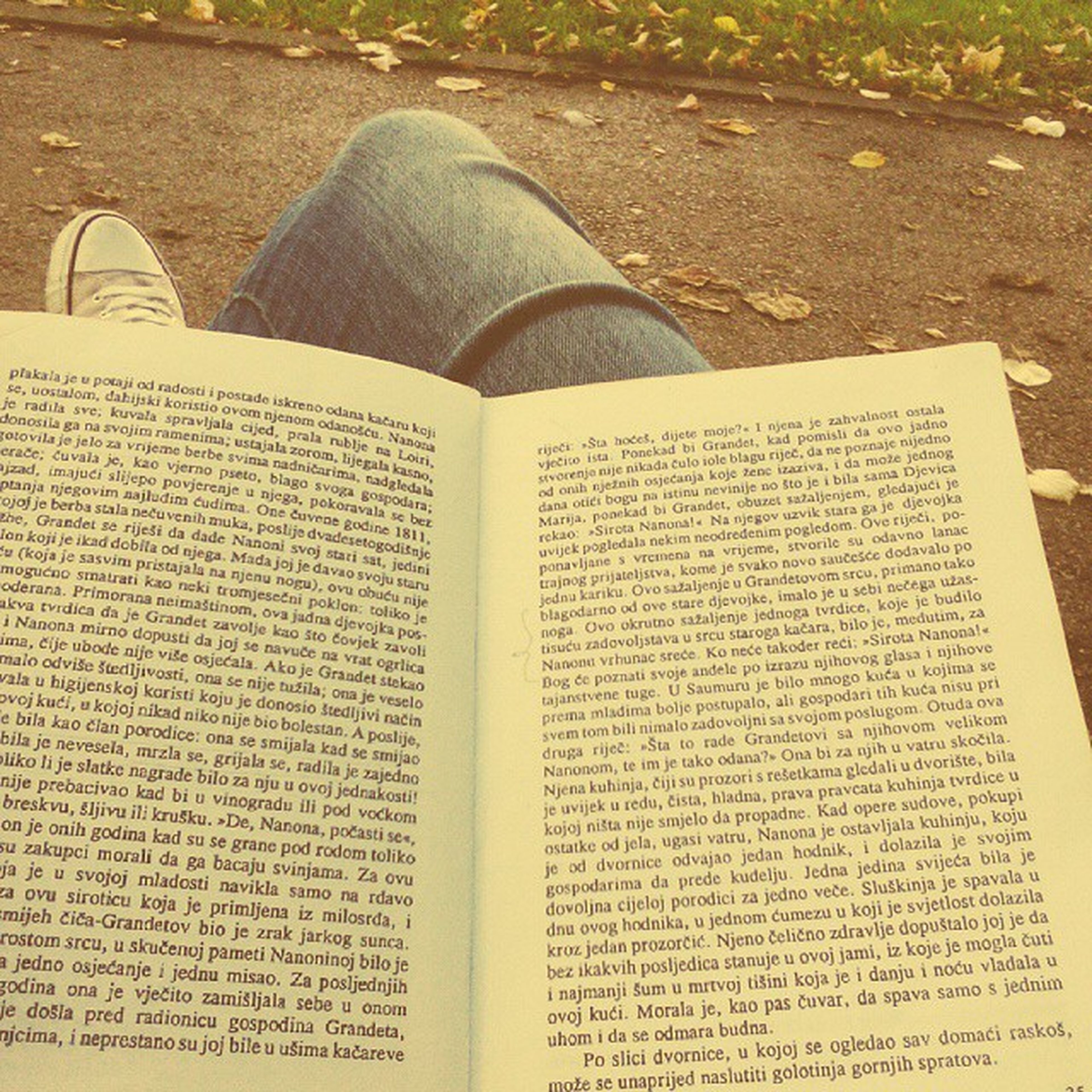 I didn't know reading outdoors is so nice Peaceful Eugenijagrande Televisapresenta Feelingvintage book converse park chill