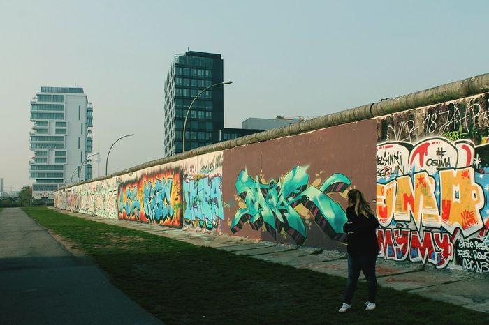 Berlin Muro De Berlín Octubre2015 Alemania Buenosrecuerdos Graffiti Painting Street Art City Walking Creativity Art Day Sky