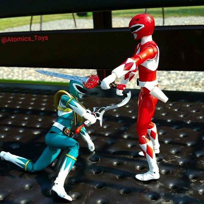 Looks a little stiff. Still working on posing and balance without a stand. REDRANGER vs. GreenRanger part 2. MMPR Toys Toyphotography Figurephotography Toyuniverse Toys4life Toyfriends Toyrevolution Toyunion Toyslagram Toygroup_alliance Toyfusion