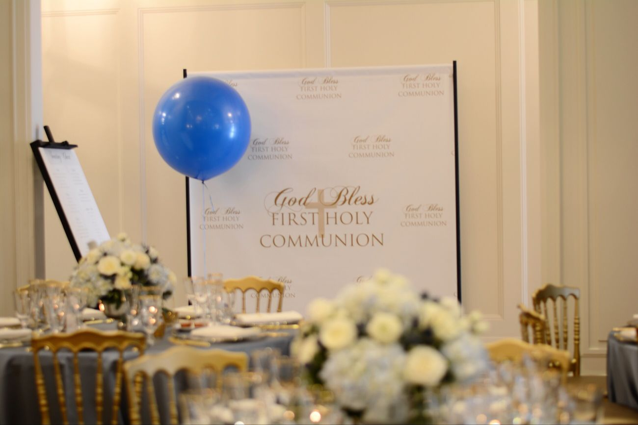 Photo backdrop Communion Blue And Gold Event Tiffany Chairs Charger Plates Baloon