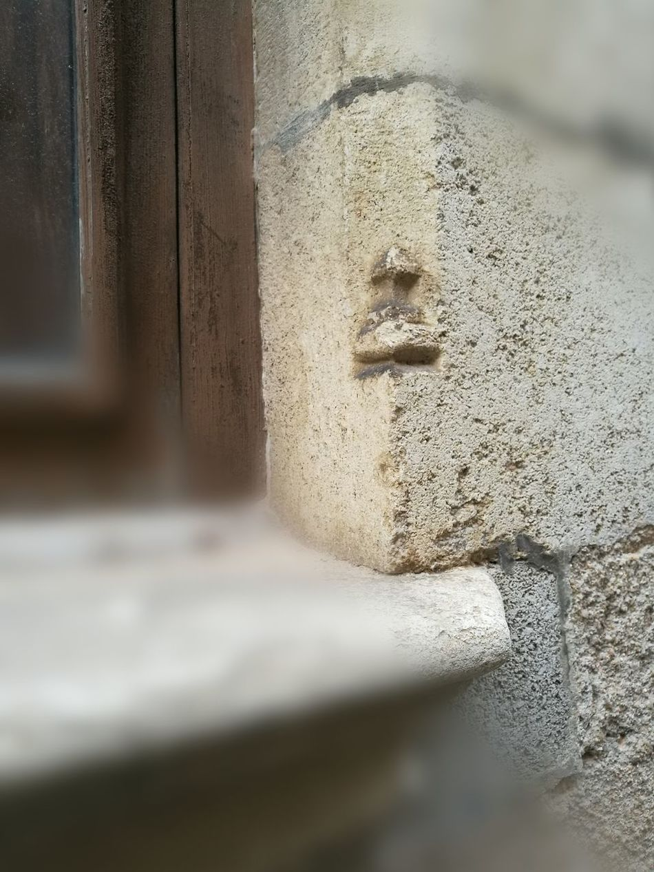 Oculto, casi desapercibido este tesoro en la pared!... Architecture Close-up Antiguos Fragility