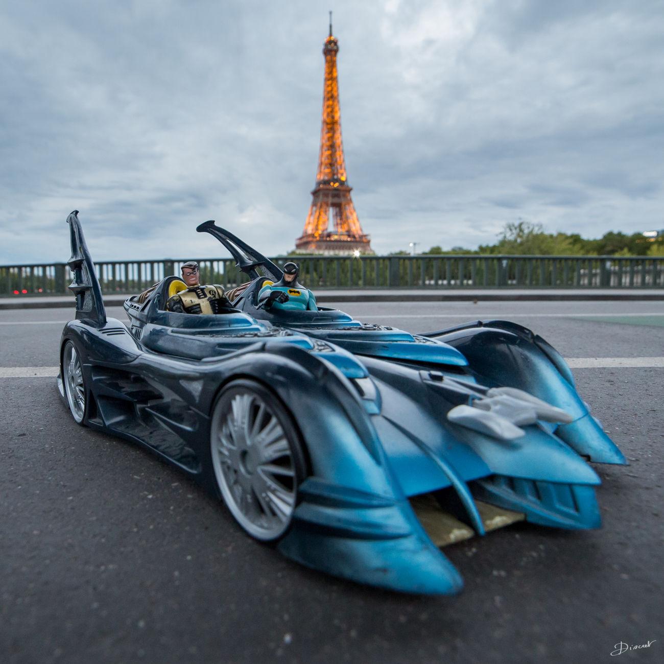 Batman Batmobile Robin Tour Eiffel