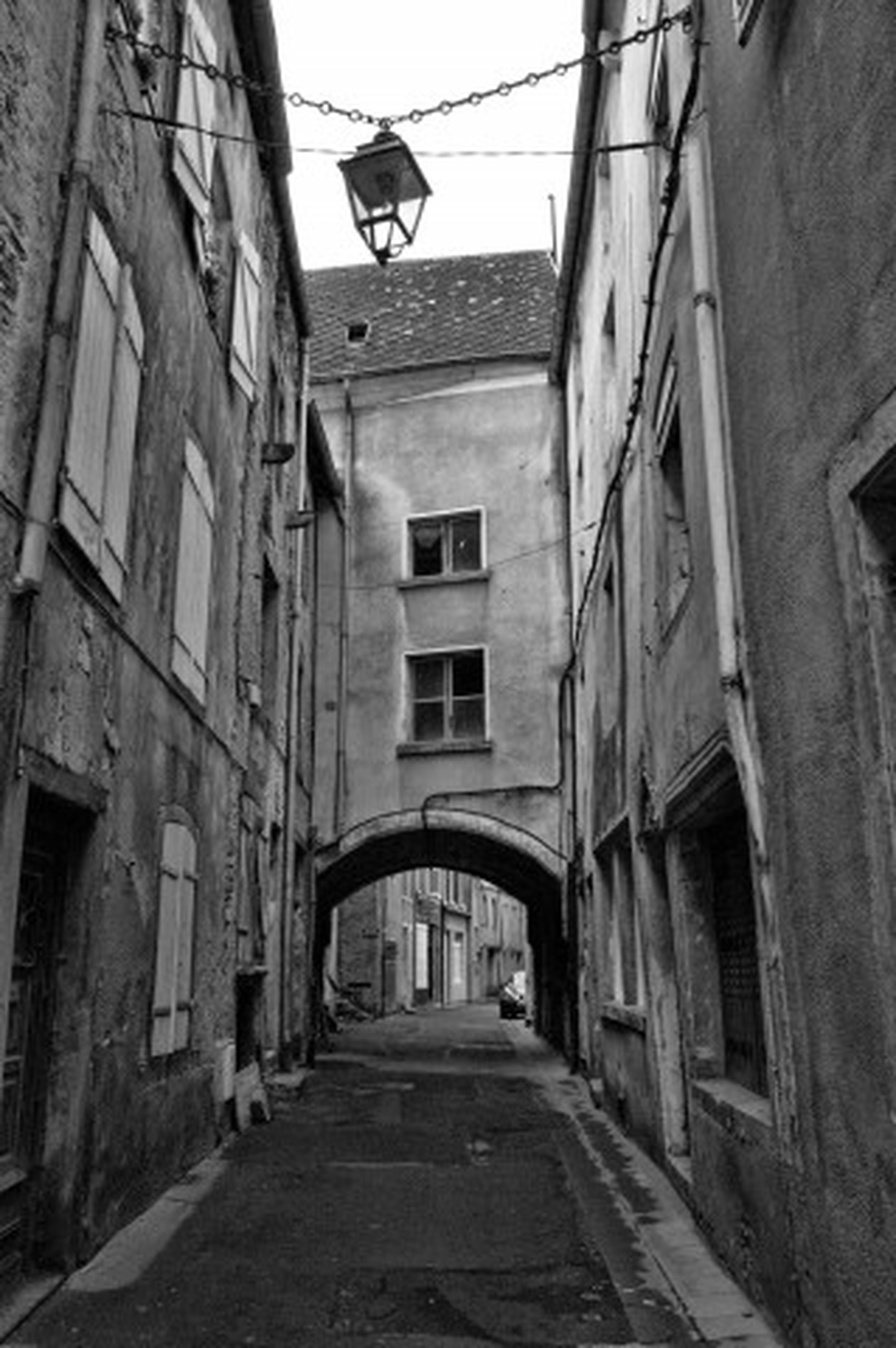 architecture, built structure, building exterior, the way forward, narrow, alley, residential building, residential structure, building, diminishing perspective, street, house, vanishing point, town, old town, day, window, old, empty, cobblestone