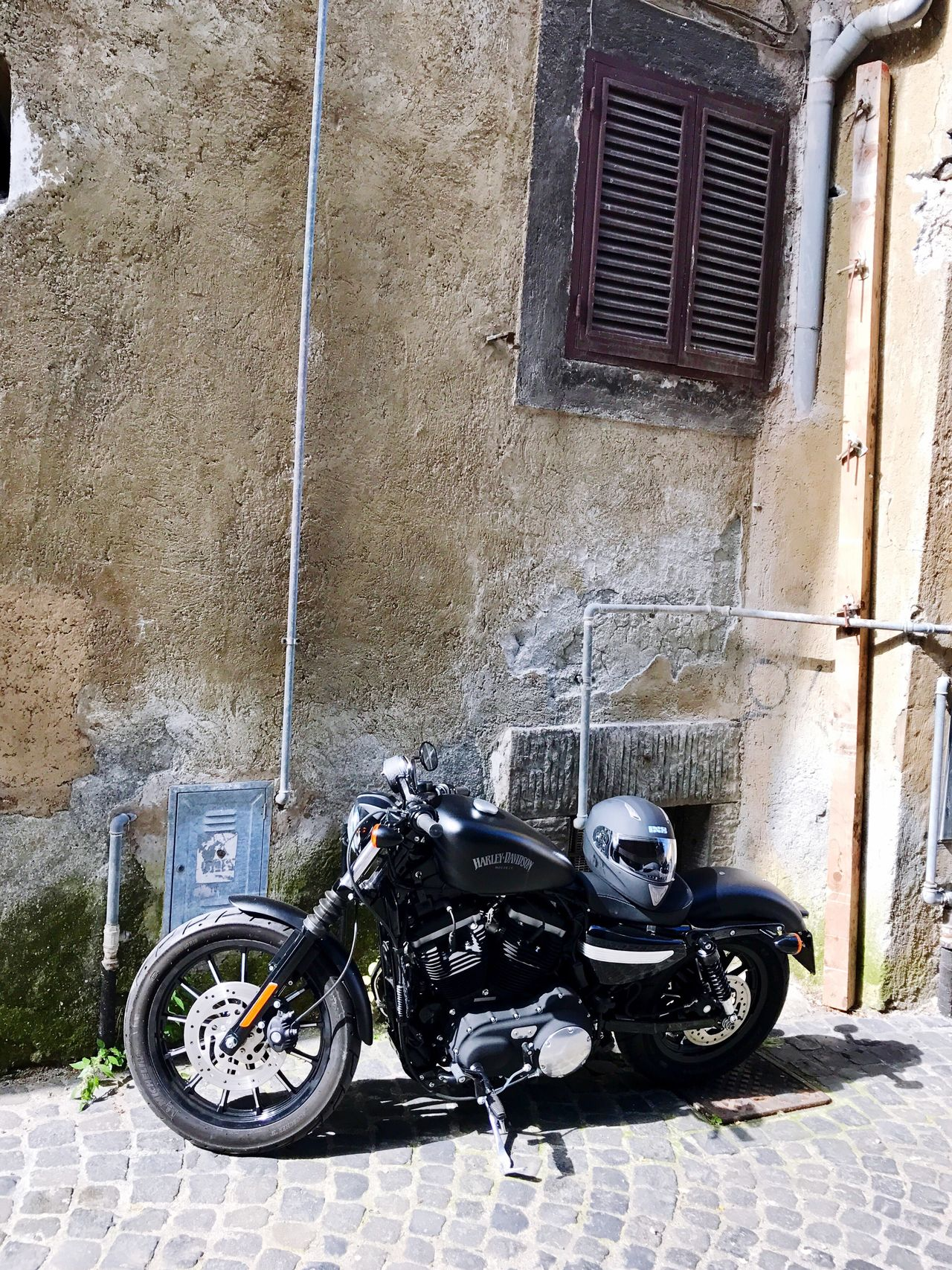Motorcycle Under the Window Built Structure Streetwiew Wheniwasanapple Régi Motoros Harleydavidson Harley Davidson HarleyDavidsonMotorcycles Sportster Harley4life Harley Davidson Sportster Stationary Transportation Architecture Day No People Outdoors
