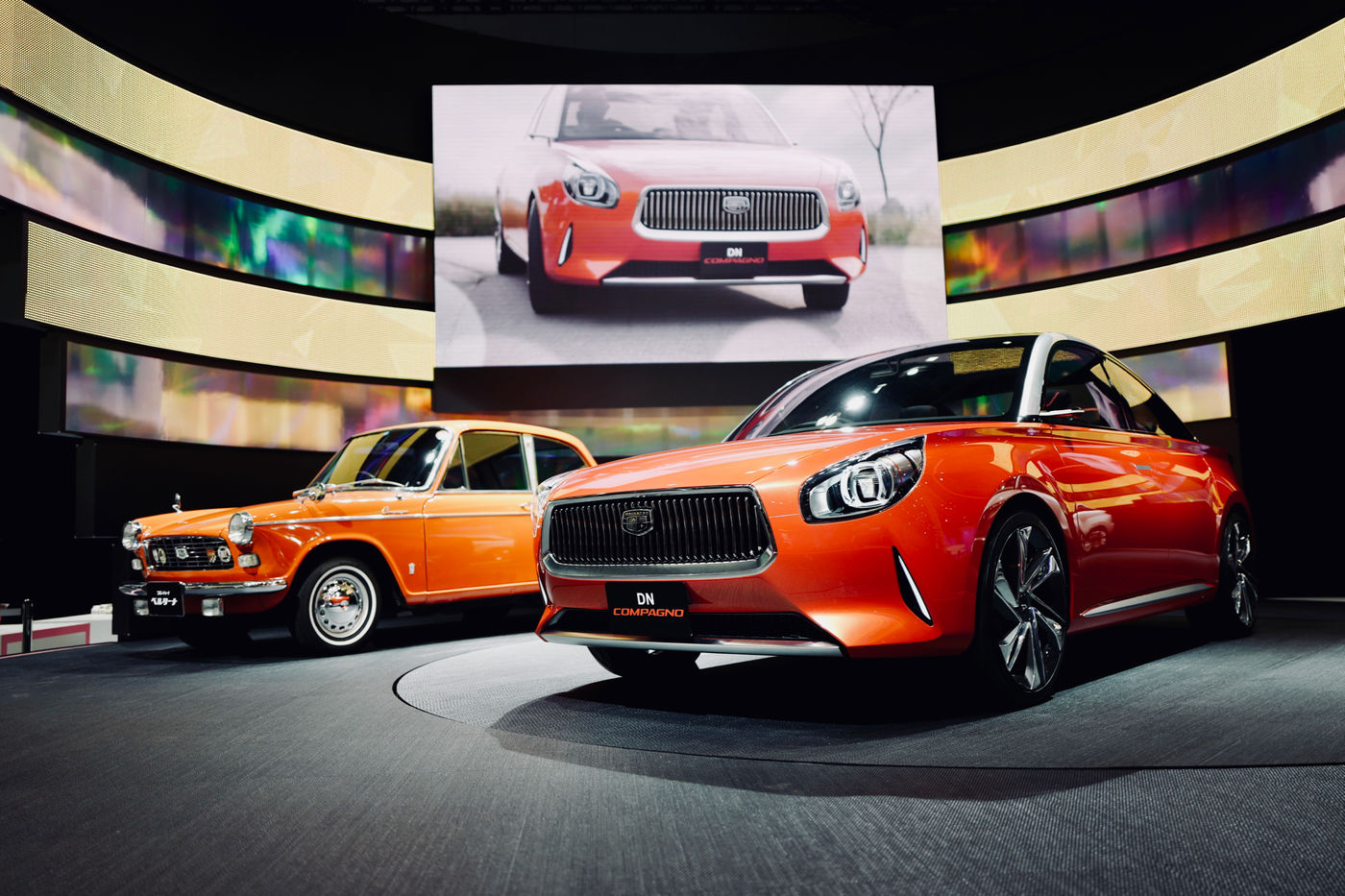 """TMS2017 World Premiere DN COMPAGNO DAIHATSU Stage Retro Future / Though DN COMPAGNO was the compactness of """"DAIHATSU Compagno"""" Debut in 1963, It succeeded to a stylish design thought. A power train, 1,000 cc Turbo (1,200 cc It's also possible to load with a hybrid.) DAIHATSU Official announce. Concept Car DNコンパーノ Elegant Tokyo Motor Show 2017 Begin Again Car Daihatsu Land Vehicle Motor Show Orange Red Transportation ダイハツ 東京モーターショー2017"""