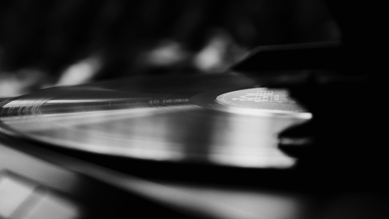 music, turntable, arts culture and entertainment, selective focus, close-up, record, audio equipment, indoors, old-fashioned, musical instrument, technology, gramophone, sound recording equipment, record player needle, no people, day