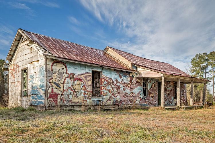 Farmhouse Graffit Wall Graffiti Walls Abandoned Abonded Buildings Abondoned Buildings Abondoned House Abondoned Places Farm House Grafitti House Painted House Painted House Facades Painted Houses