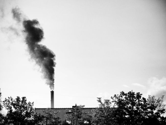 Schornstein Smoke Smoke Stack Tristesse Air Pollution Black And White Blackandwhite Blackandwhite Photography Built Structure Chimney Dismal Emitting Factory Fumes Grey Sky Industrie Industry No People Outdoors Pollution Schwarzweiß Smoke - Physical Structure Smoke Stack Umweltverschmutzung