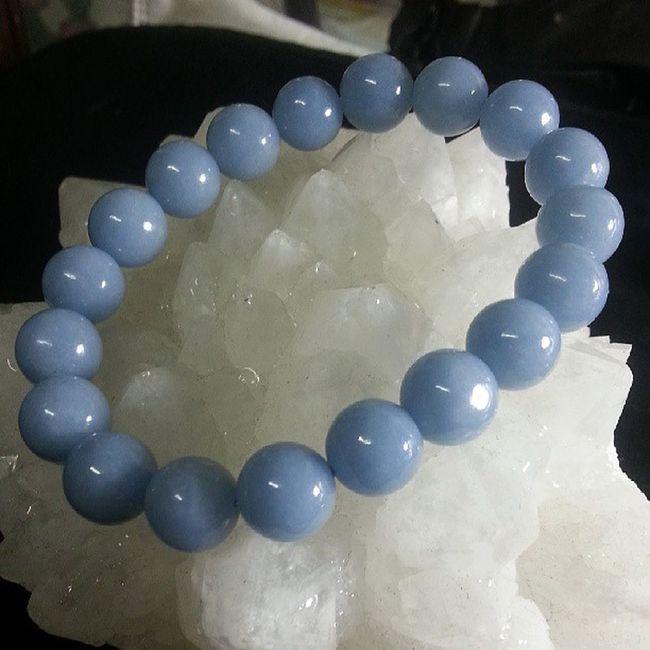 """天使石 10mm(實物比相更漂亮,柔和的藍色,色澤均勻) 天使石是天青石受到地層變動擠壓而成的礦石 天使石的名稱源於希臘字""""Angelos"""", 意思為傳訊使者, 是帶有上天智慧和具有明確訊息的礦石, 可以和天界溝通,連結天使界的能量 有著優雅純淨的藍色, 天使石的能量非常的柔和穩定, 帶領人們跨越因難,消除自責,後悔的負責情緒 在逆境中提升積極思想和洞察事物的覺察力 , 增加直覺力 同時也是會帶來好運的幸運石喔 天使石也是喉輪和第三眼的寶石, 會給戴帶的人提升溝通能力... $380"""