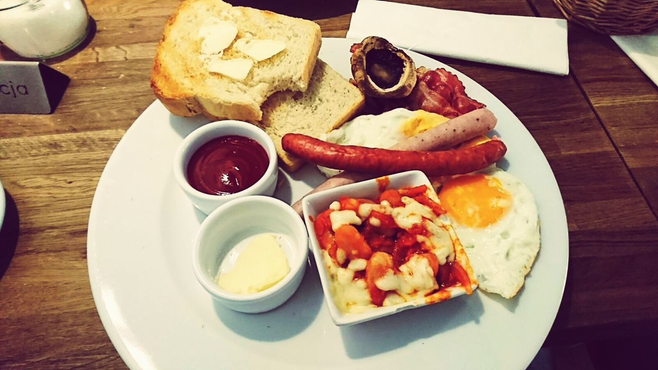 Plate Breakfast Bread Toasted Bread English Breakfast Food No People Indoors  Fried Egg Ready-to-eat Table Bacon Sausage Food State Freshness Day