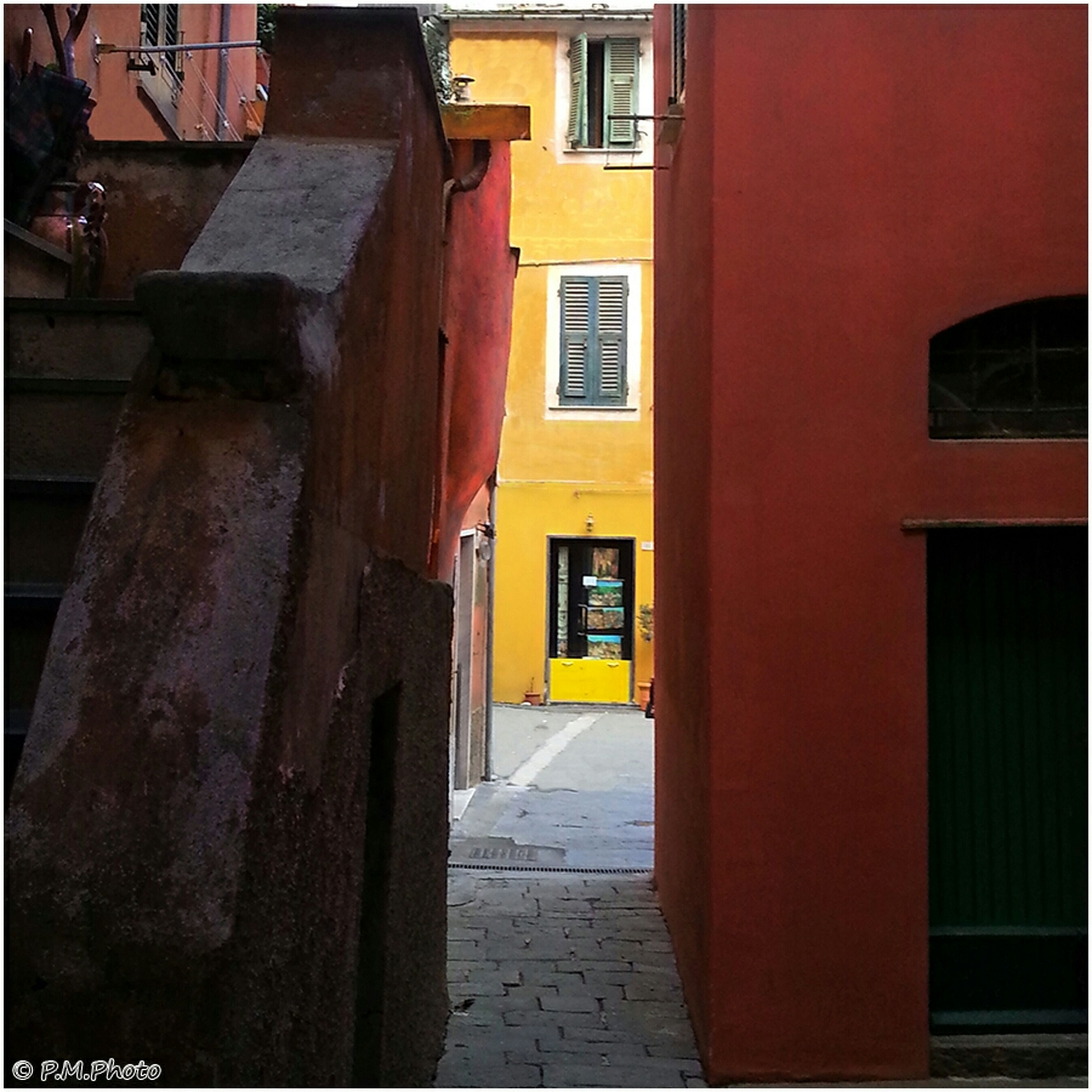 architecture, built structure, building exterior, window, residential structure, residential building, building, house, door, narrow, the way forward, alley, no people, outdoors, street, brick wall, entrance, red, city, wall - building feature