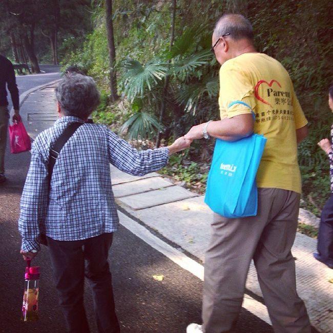 南岳衡山 Hengyang 磨镜台 刚爬山的时候遇到这两位老人,他们两人互相搀扶鼓励最终到达了磨镜台,我们在背后却气喘吁吁发着牢骚,世上的满足感就是能从任何细节中散发出来的。