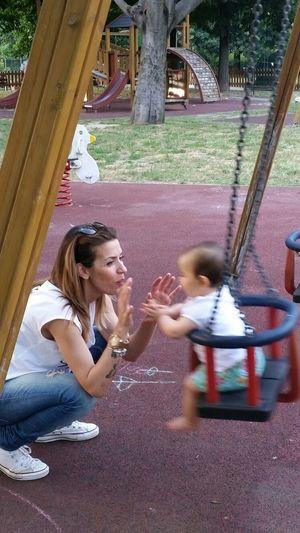 Vita Parco Giochi Altalena Divertimento Mamma Felice