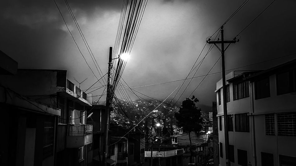 Que la neblina nos cubra a todos y nos deje en tinieblas!!! Neblina City View  Photowalk Photographer Photooftheday Photography Quito City Quito Ecuador Ecuador♥ Skyporn Darkness And Light Darkness Dark Sky_collection Skydark