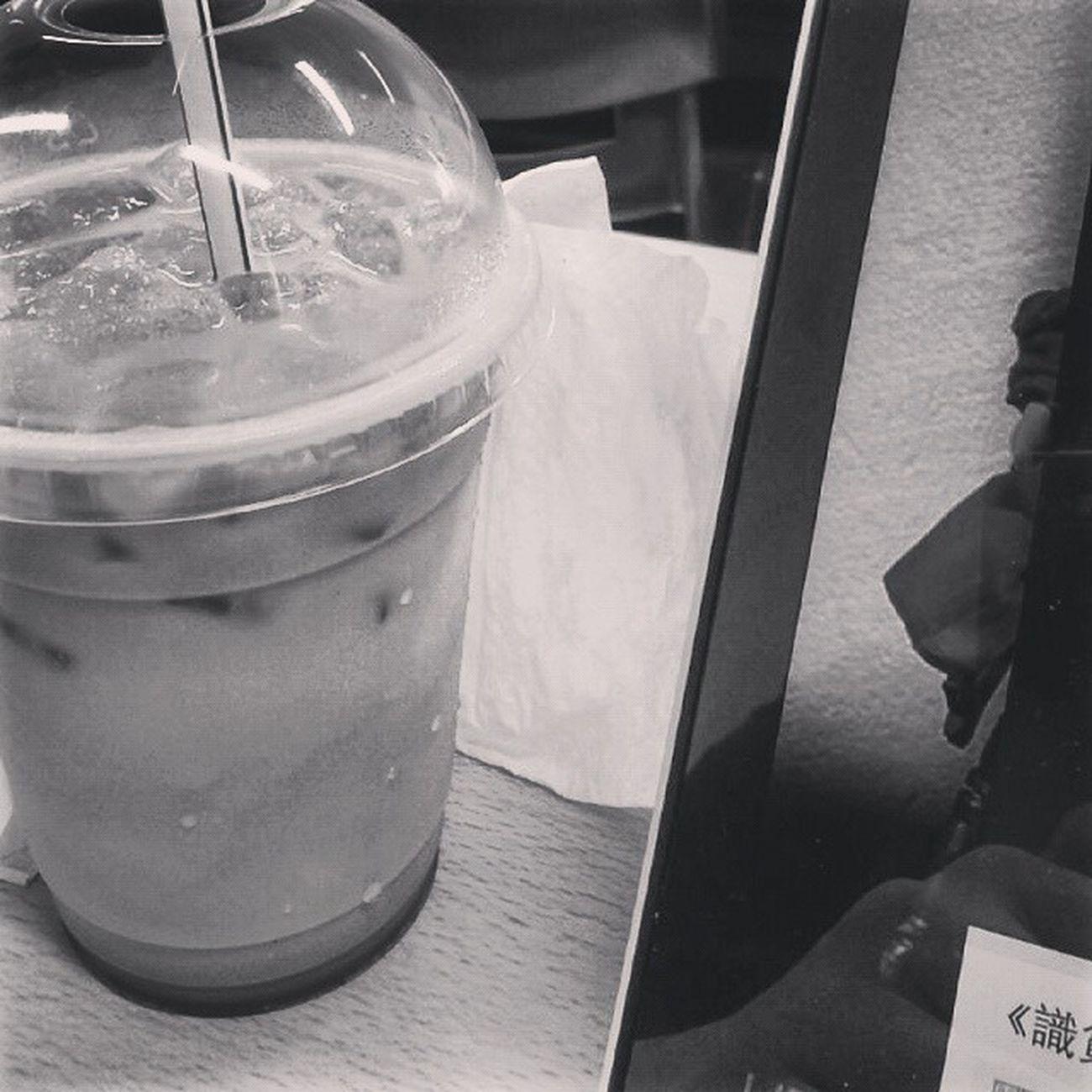 早上的九點零分,我在寂靜的四方空間內呷一口咖啡,但吸下的只是一縷又一縷唏噓。 你班友肯返嚟未,係班房同呀sir單處好老尷 Hk Hkig Hkboys 20 April Morning Latte Photooftheday 偽.文青未訓醒 你班友仔肯返學未