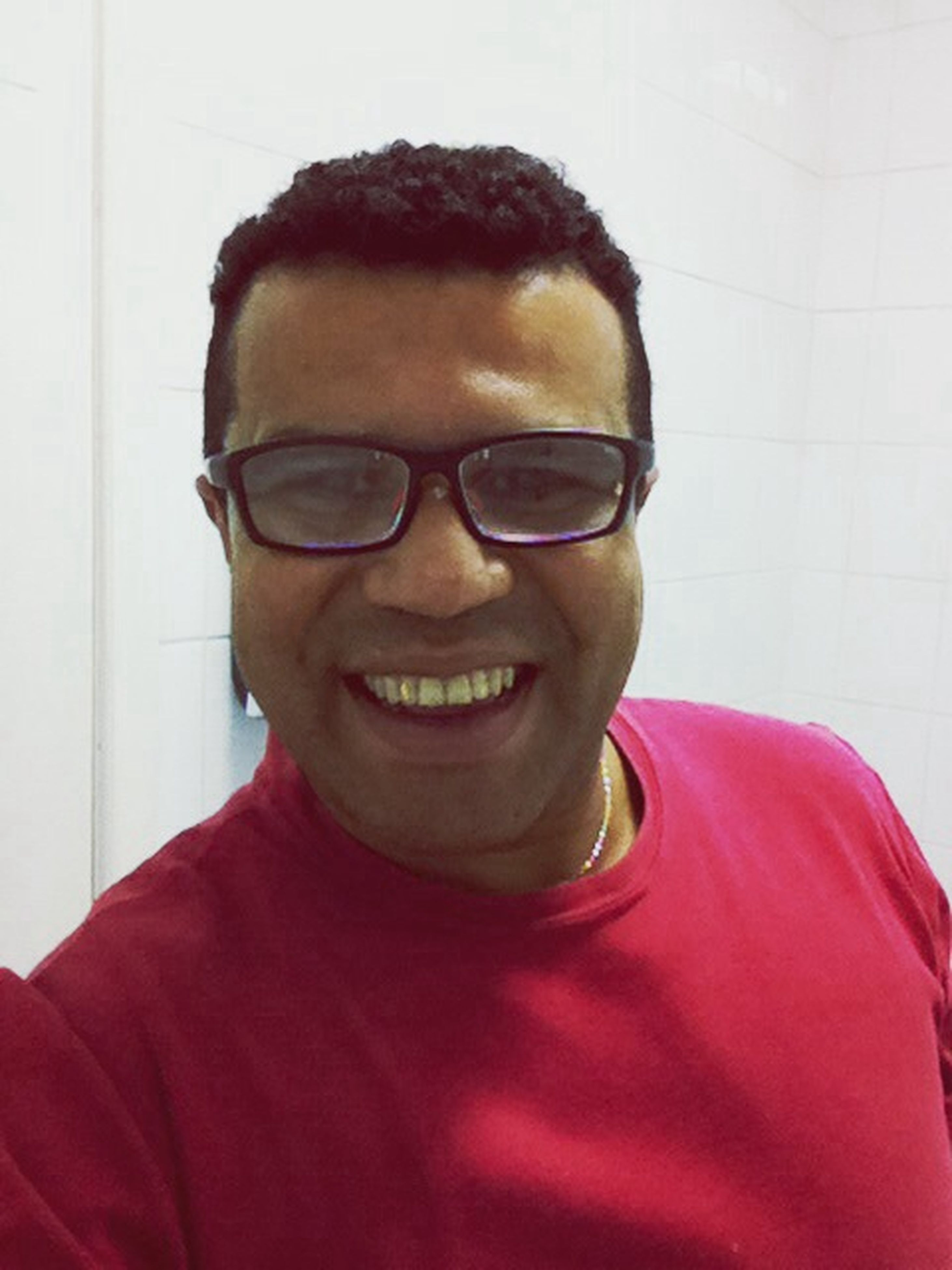 looking at camera, portrait, front view, person, lifestyles, casual clothing, headshot, young adult, smiling, leisure activity, indoors, young men, close-up, sunglasses, handsome, happiness, head and shoulders