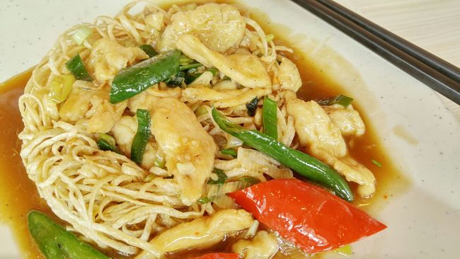 Stir fry chicken noodle with chilli Asian Food Noodle Yummy Spicy Fried Noodle Chicken Noodle Chilli Red Chillies Paprica Food