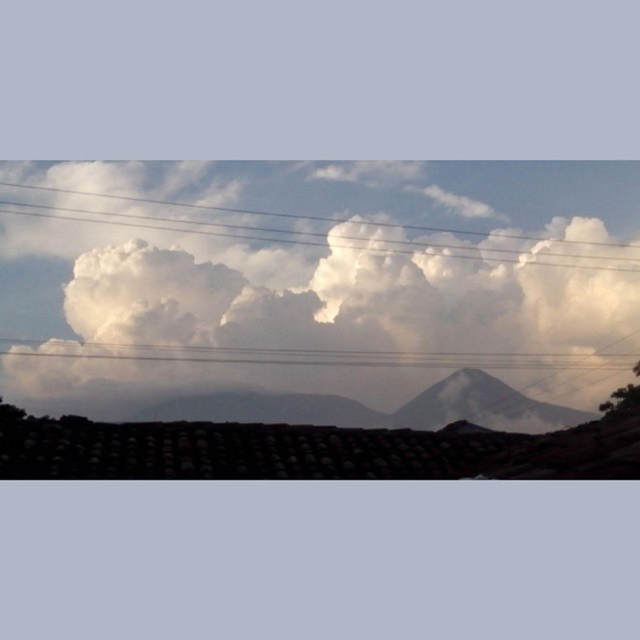 Cuando hay vistas hermosas hay que compartirlas LaNaturalezaNoNecesitaFiltros Volcánes ElSalvador  YaVieneElver Kemeyo 🌄🌋⚡☁