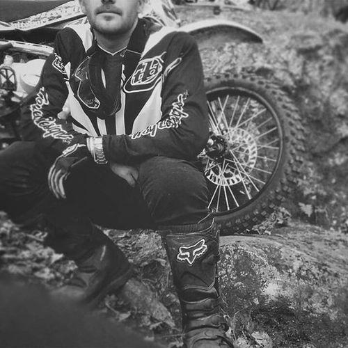 Yo tampoco se como vivir... estoy improvisando 🏁🏇 Mxroutes Freeridemx Woods Gear Dirtbike Ridefree Offroad Outdoor Braaap Blackandwhite Photography Motocross Mx  Troyleedesigns Foxracing Mxgear FreeTime Dirtbikelife Fourstrokes Twowheels