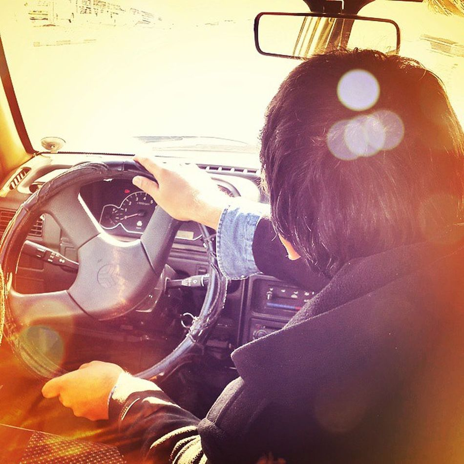 . آیا خارج نرفته اید آیا خارج را ندیده اید آیا رانندگی در خارج را تجربه نکرده اید آیا رانندگی در سمت راست خودرو را امتحان نکردید . دیگر نگران نباشید . . . . چون این رفیق ما یه چیزی کشف کرده که بیا و ببین . اسمش... اینور بشین ولی اون ور برانندگ . ثبت هم شده . . عوارض جانبی: آرتروز گردن و به احتمال زیاد شکستگی دنده ولی نگران نباشید در حال رفع این مشکل ها هستیم با تشکر