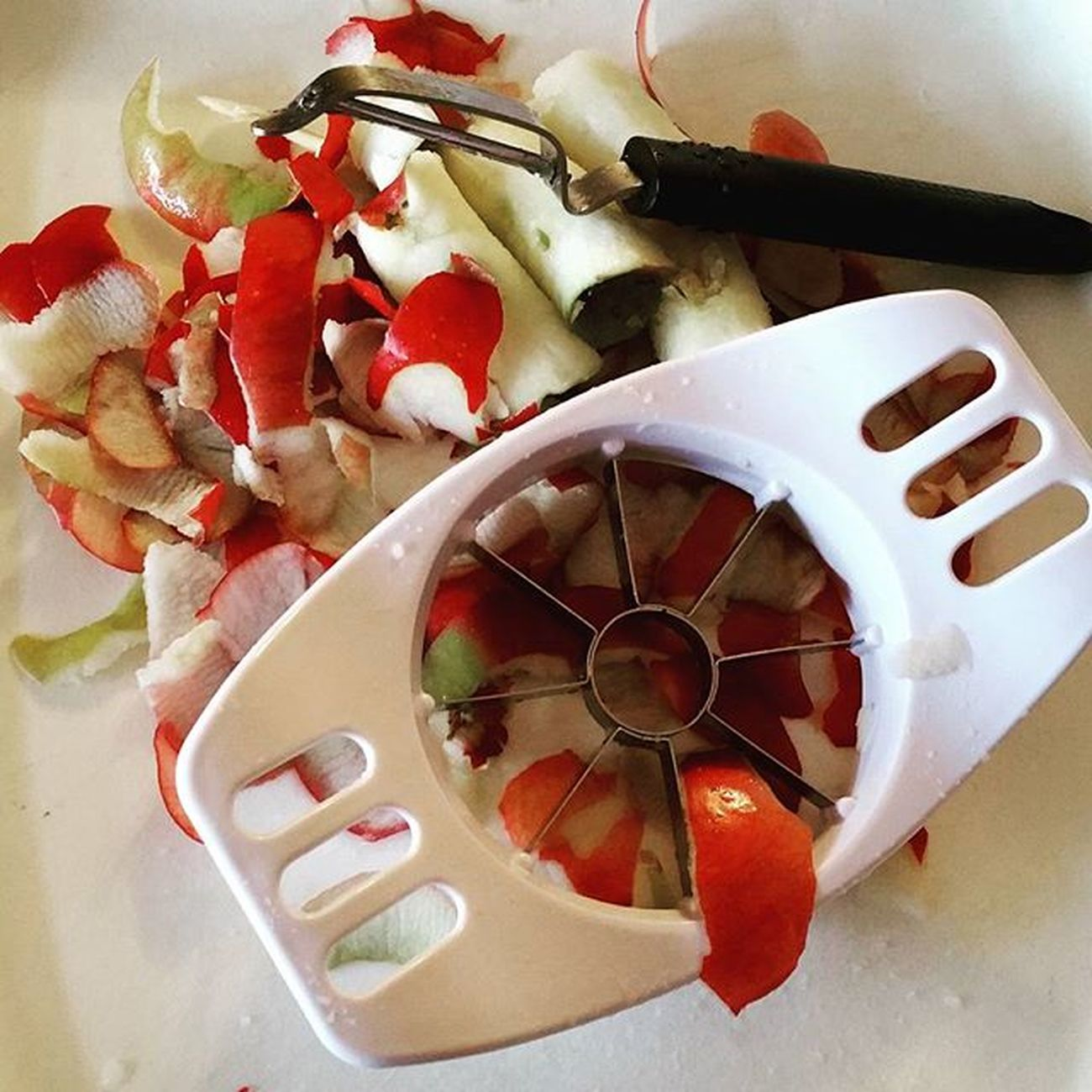 Making apple pie? Instead of throwing away those cores and peels, grab and do the following... GRAB: Cheese cloth Two handful of colorful leaves 1 tbl of cinnamon 1 tsp of nutmeg 1 tbl of brown sugar DO: 1. Mix left over apple peels and cores in a bowl with your spices and sugar. 2. Place leaves in cheese cloth and put apple mixture on top. 3. Tie up cheese cloth with a decorative bow. You have a potpourri pouch for the day! The scent will carry through the room. Thanksgiving Potpourri Apples Applepie Fall MarthaStewart DIY Homecook Instafood Ideas Instaphoto Foodography Foodnetwork Real_simple Thanksgiving2015 Thecrazypalate
