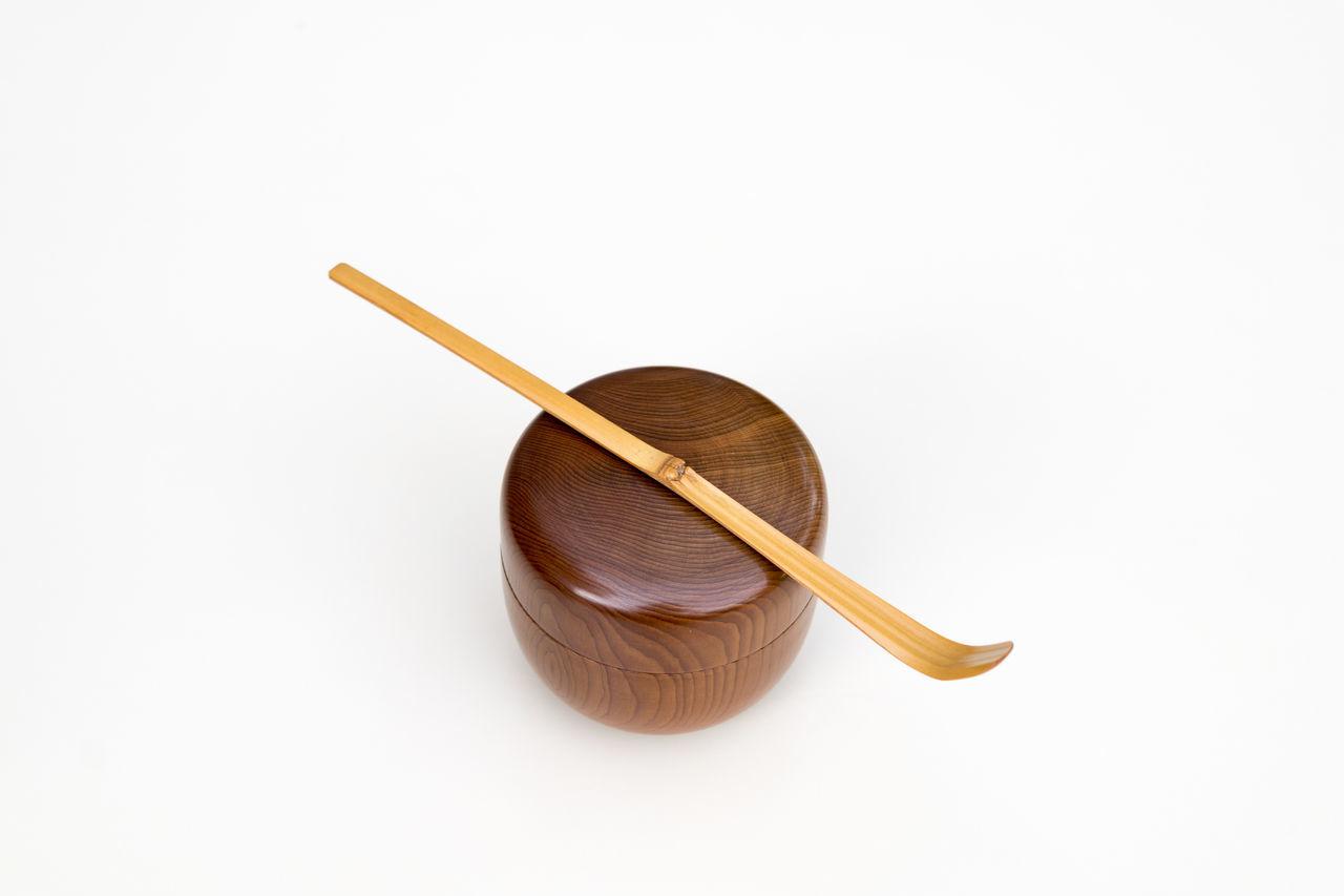 Chopsticks Close-up Day No People Studio Shot Tea Tea Bowl Tea Ceremony White Background Wood - Material Wooden Spoon 茶器 追記:20170517。約1ヶ月定額制販売の各社。日本のPは8枚で0枚。米国のASは90枚で4枚。米国のSSは83枚で4枚。アップ後すぐに売れているので、検索ユーザーには、新着画像を上位に表示しているのかもしれない。デザイナーが多いアドビストックは続けたい。シャッターストックが一番やりやすい。(アドビのリジェクトメールはご丁寧な日本語なので結構堪える。就活生の気持ち。リジェクト少ないシャッターストックは英語で決定が早い。両方価格は安い。)本気で丹精込めた素晴らしい写真を高く売るなら「名前を売ること」これは長年写真に携わってきた人に聞いたら同じ意見だった。どんな作品だから高く売れるというより、「あの人が撮った写真だから」高く売れるのだ!