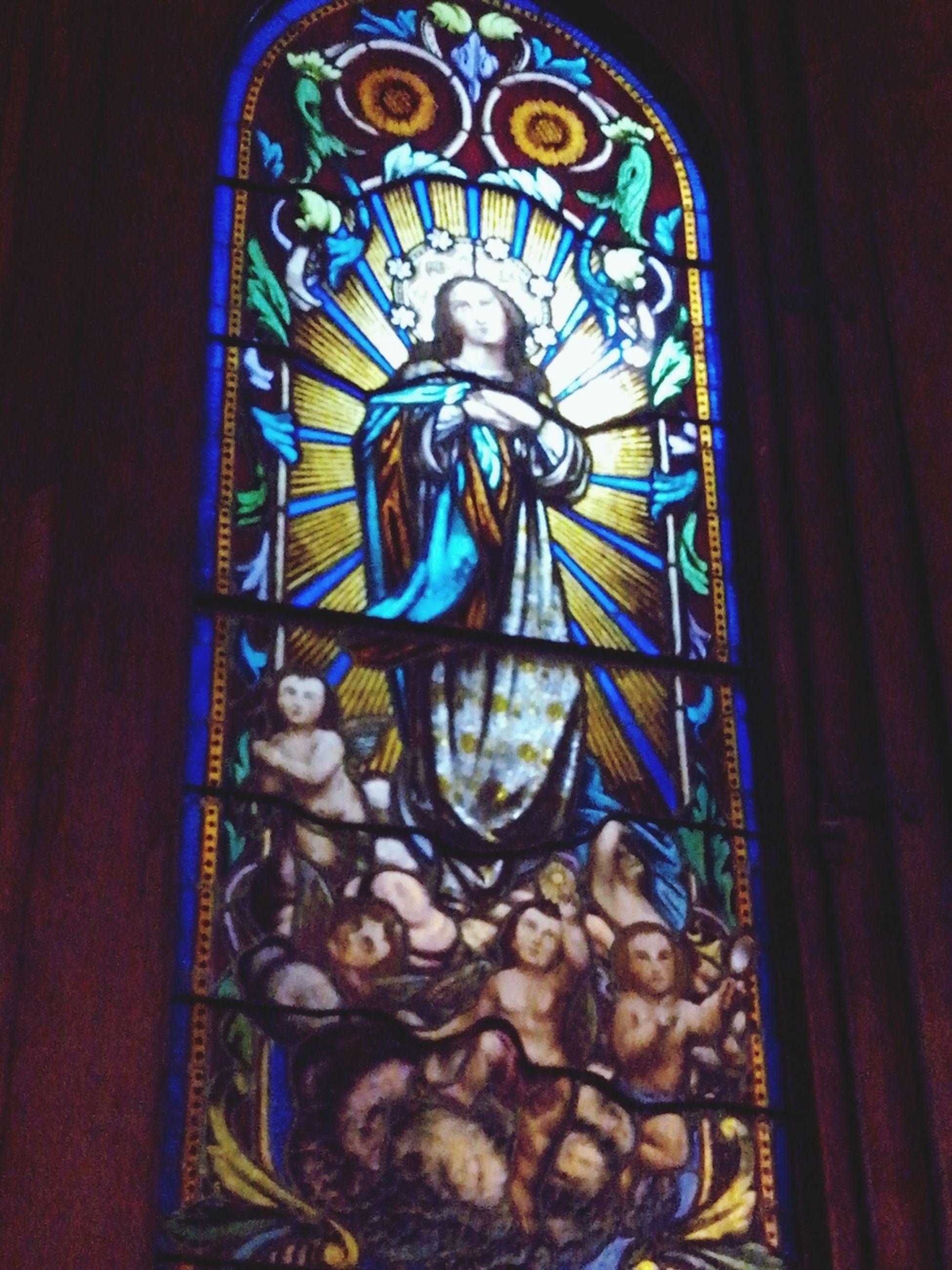 Vitraux con imagen de una imaginacion del papa Pio IX: que la Virgen habia nacido exenta del pecado original, es decir que Ana y Joaquin no se unieron con goce sexual para concebir a Maria