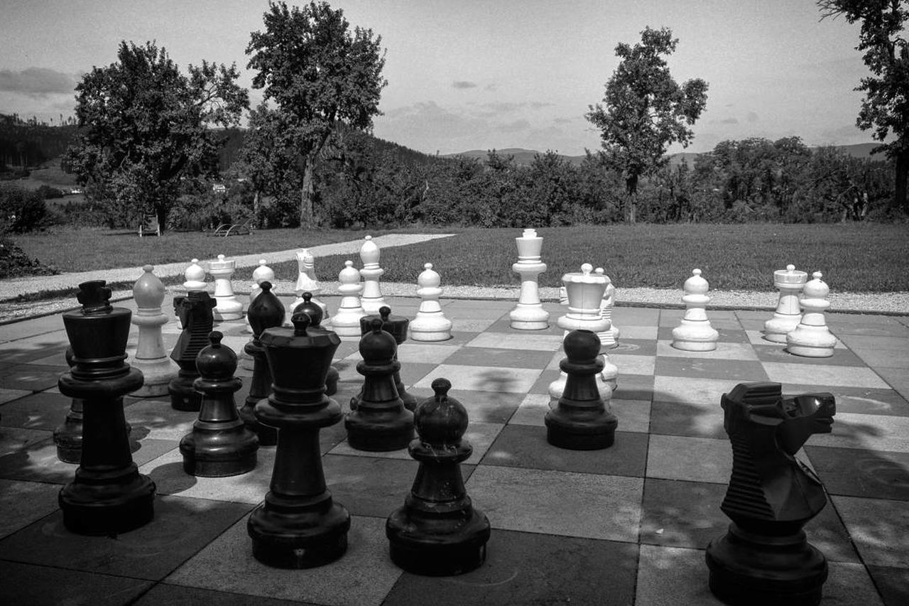 Chess Strategy Chess Piece Chess Board Leisure Games Pawn - Chess Piece Competition Checked Pattern Tree Knight - Chess Piece Outdoors King - Chess Piece Day Challenge No People Sky Queen - Chess Piece Blackandwhite Black & White Black And White Photography Nikonphotography Nikon D7100 SCHACHMATT Schachbrettmuster Mix Yourself A Good Time Your Ticket To Europe Berlin Love The Week On EyeEm EyeEmNewHere
