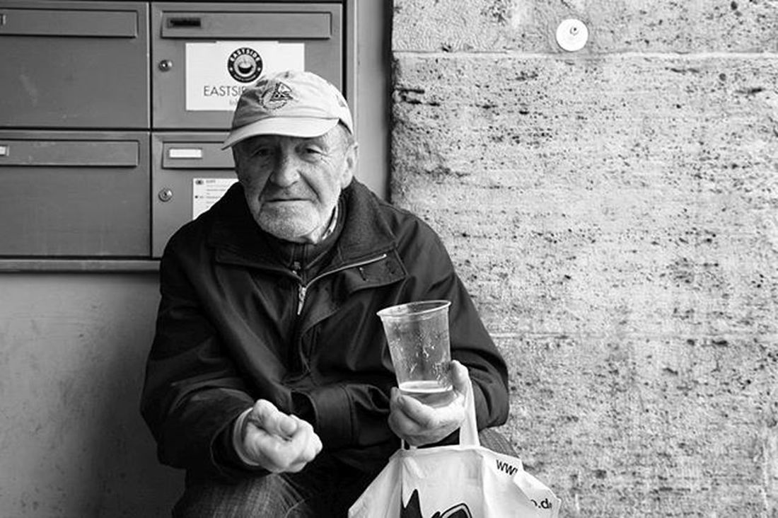 """Homeless Berliner , 2014 Photographie  Noiretblanc de la Serie """"Portraits Insitu """", en Exposition à Grenoble jusqu'au 1er Avril 2016."""