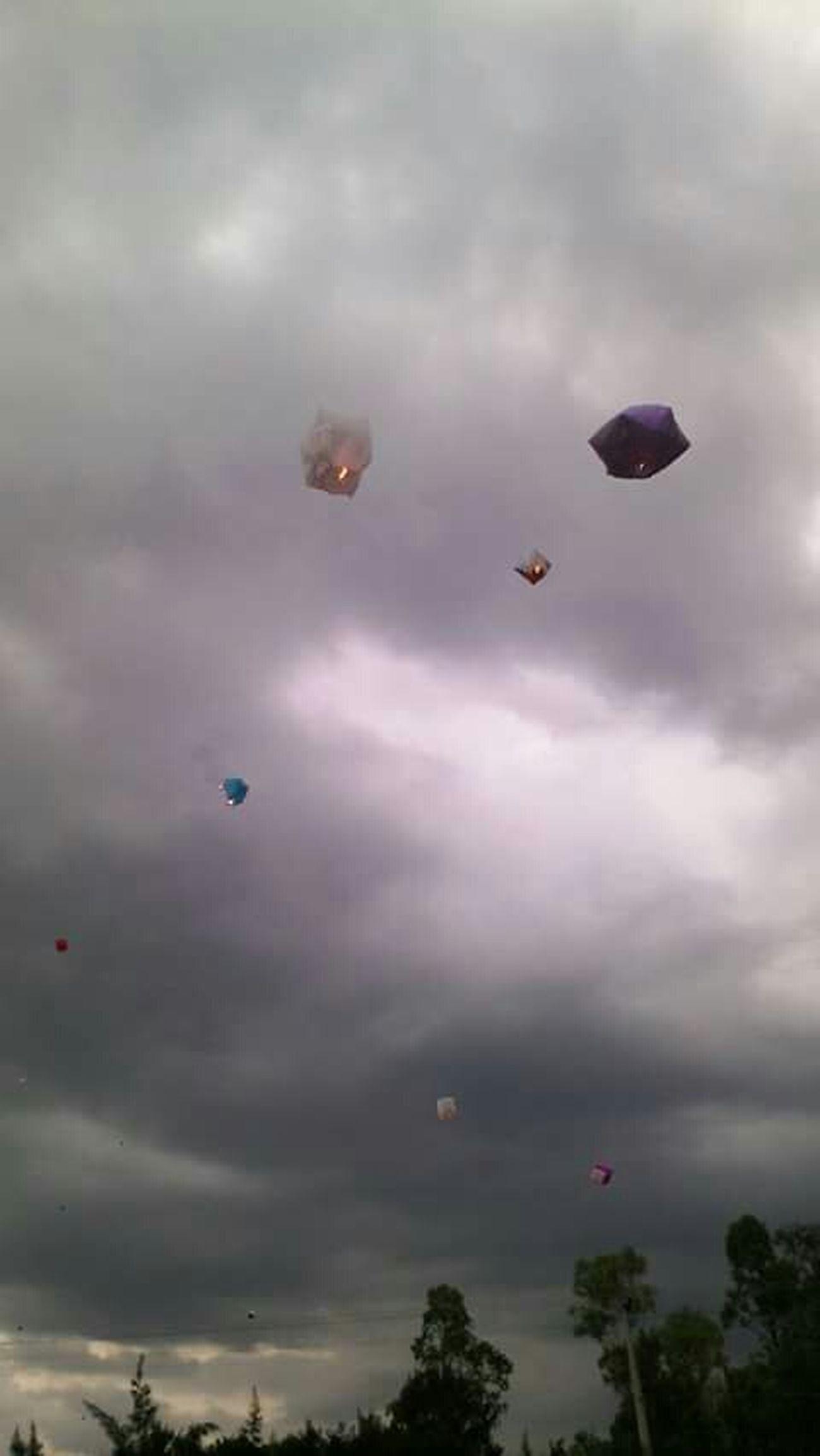 En El Aire Globos De Cantoya Todos Flotan Cielo Gris Mexico City Df ... Cloudy Sky All Float
