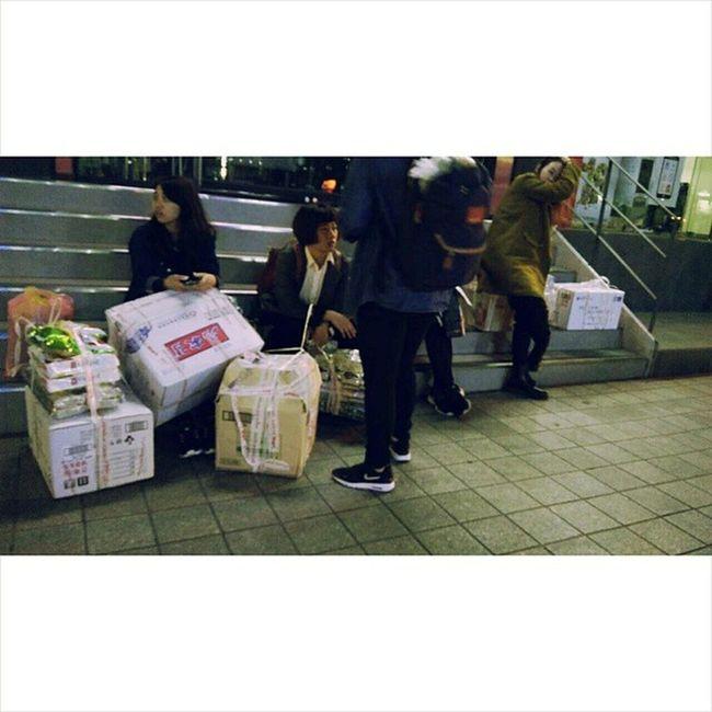 20150404 Yitinglovetravel 20Ykoreatravel 好像以為臺灣買不到一樣 一人一箱走在地鐵站 每個韓國人都在看 從地鐵站到民宿本來五分鐘 今天大概走了半小時 整個淚灑韓國街道 怎麼搬回臺灣還是重點有夠重 佩服那些代購的 我決定我買的都 自 己 吃 然後謝謝我的朋友們 沒請我代購東西省了我花時間找與體力搬 根本來減重的 沒一天正常時間吃飯餓死了 到底為什麼要把自己搞的這麼累