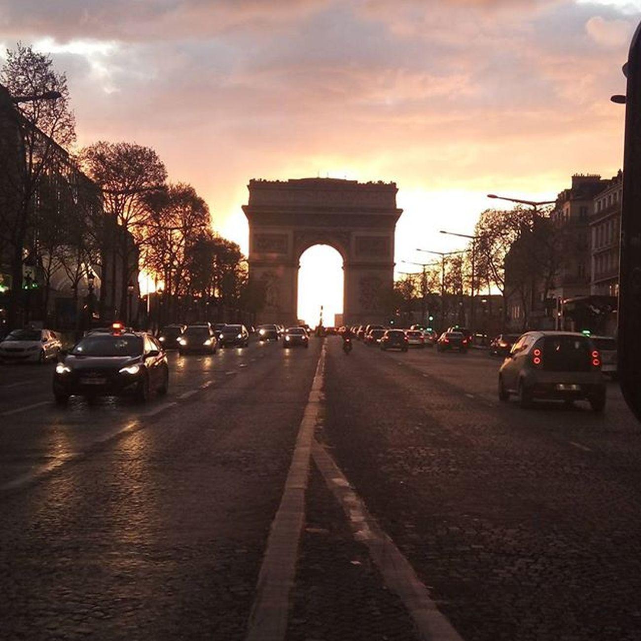4日目にしてシャンゼリゼ通り笑 Rendez-vous aux Champs-Elysee Rendezvousenfrance Champselysées Arcdetriomphe 凱旋門 寒すぎ Tropfroid Night Paris