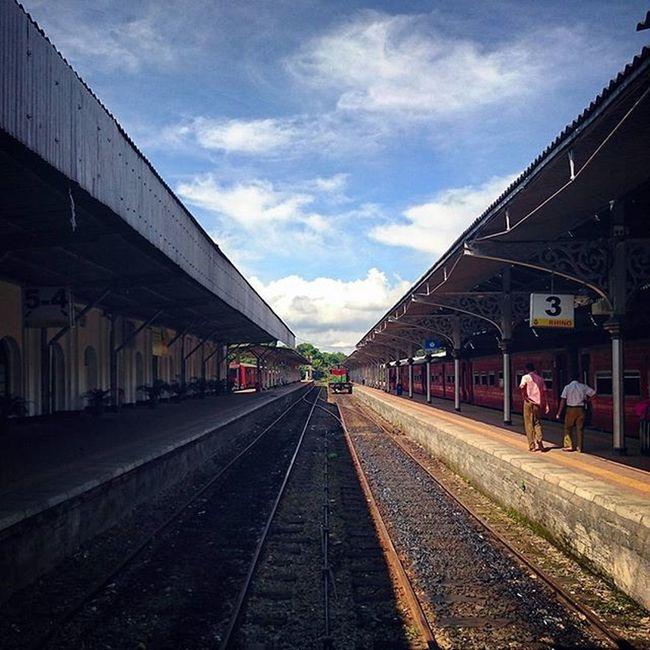 旅程由等火車開始. Kandy SriLanka Railway Railwaystation