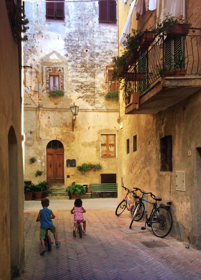 Children playing in the street Hello World Pienza Pienza (toscana) Tuscany Tuscanygram Tuscan Toscana Italy Italia Italy❤️