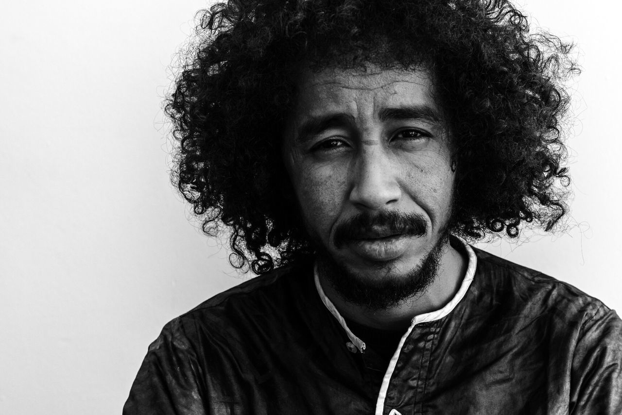 Ousmane Ag Mossa, frontman van de band Tamikrest. The Portraitist - 2017 EyeEm Awards Portrait Blackandwhite Monochrome Studio Shot Artist Musician Concert Photography